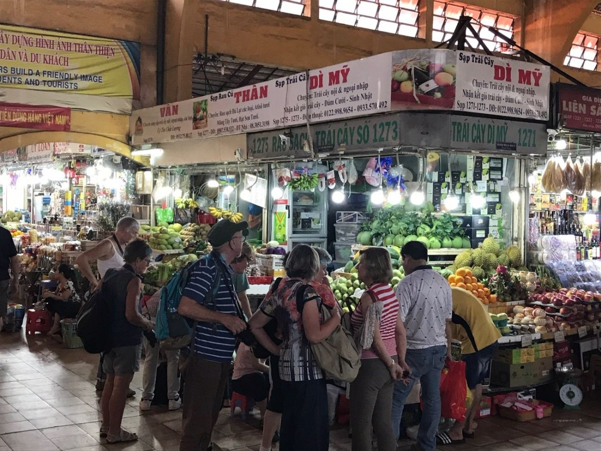 Picture of people at the Ben Thanh market in Vietnam